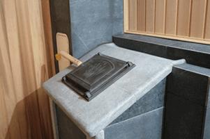 Дверца чугунная c деревянной ручкой (для подачи воды в каменку (фин.))