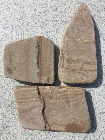 Камень ПЕСЧАН�К ЖЕЛТО-КОР�ЧНЕВЫЙ ОПАВШАЯ Л�СТВА (ГАЛТОВАННЫЙ)